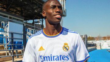 Mendy posa con la nueva equipación del Real Madrid