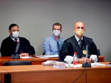 El hombre acusado del parricidio de Godella, junto a su abogado