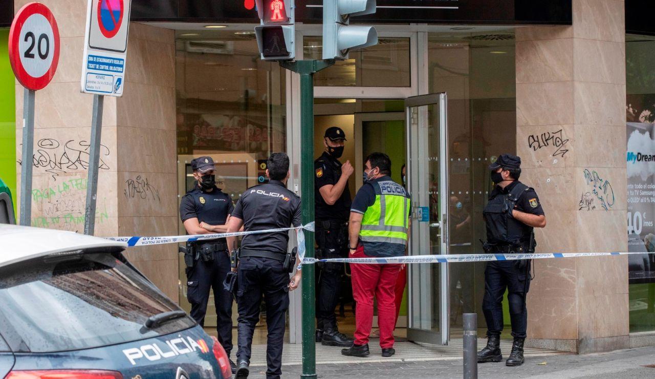 Policía Nacional tras un el intento de atraco a una sucursal bancaria en Murcia.