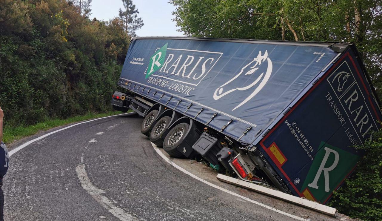 Un camionero pierde el control de su tráiler y el vehículo termina atascado en una carretera de montaña de Ourense