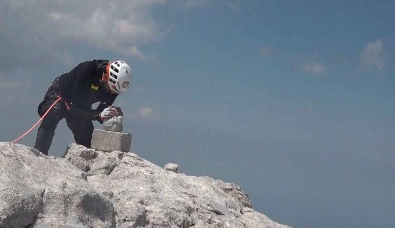 Miguel Ángel Roldán, enfermo de ELA, alcanza la cima del Urriellu en una emocionante subida