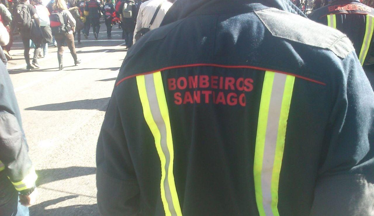 Los bomberos de Santiago de Compostela rescatan a dos jóvenes del toldo de un restaurante