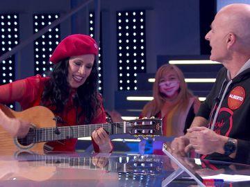 ¡Vaya dúo! Alberto Comesaña y Cristina del Valle hacen magia con sus voces y la guitarra en 'Pasapalabra'