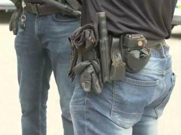 Policías con pantalones vaqueros por falta de uniformes.