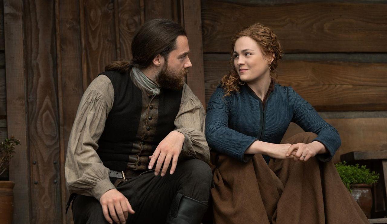 Sophie Skelton y Richard Rankin en 'Outlander'