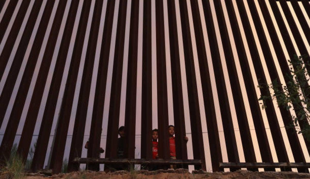 """El grito desesperado de un niño de 5 años abandonado en la frontera de México y Estados Unidos: """"No te vayas"""""""