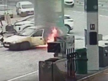 Susto en una gasolinera de Gran Canaria al arder un coche