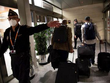 Personal de confianza de Brahim Gahi es escoltado por la policía a la entrada del aeropuerto de Pamplona en Noáin. El avión medicalizado que traslada a Argel al líder del Frente Polisario, ha despegado este miércoles del aeropuerto español de Pamplona rumbo a la capital argelina