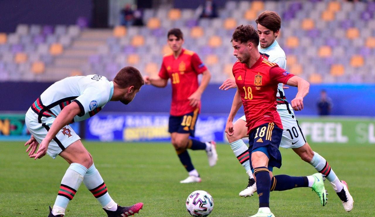 Puado conduce el balón en el partido ante Portugal