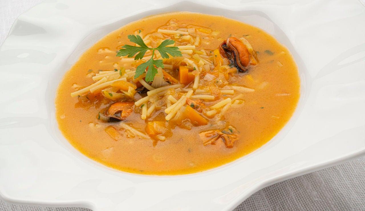 """Receta de sopa de fideos con mejillones, de Karlos Arguiñano: """"Como las de domingo"""""""