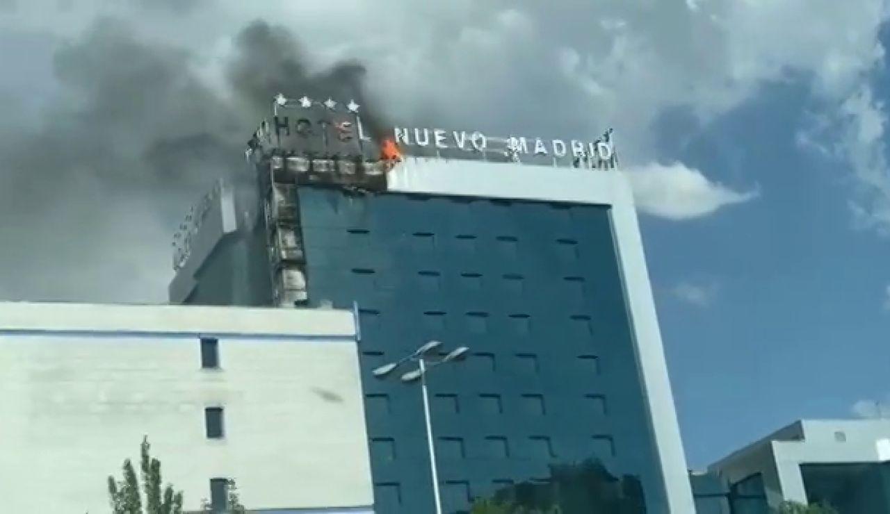 Arde la fachada del hotel 'Nuevo Madrid' y provoca una impresionante columna de humo