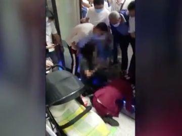Rescate de un bebé en el metro de China