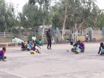 Un grupo de nigerianos discapacitados juegan al fútbol en monopatines