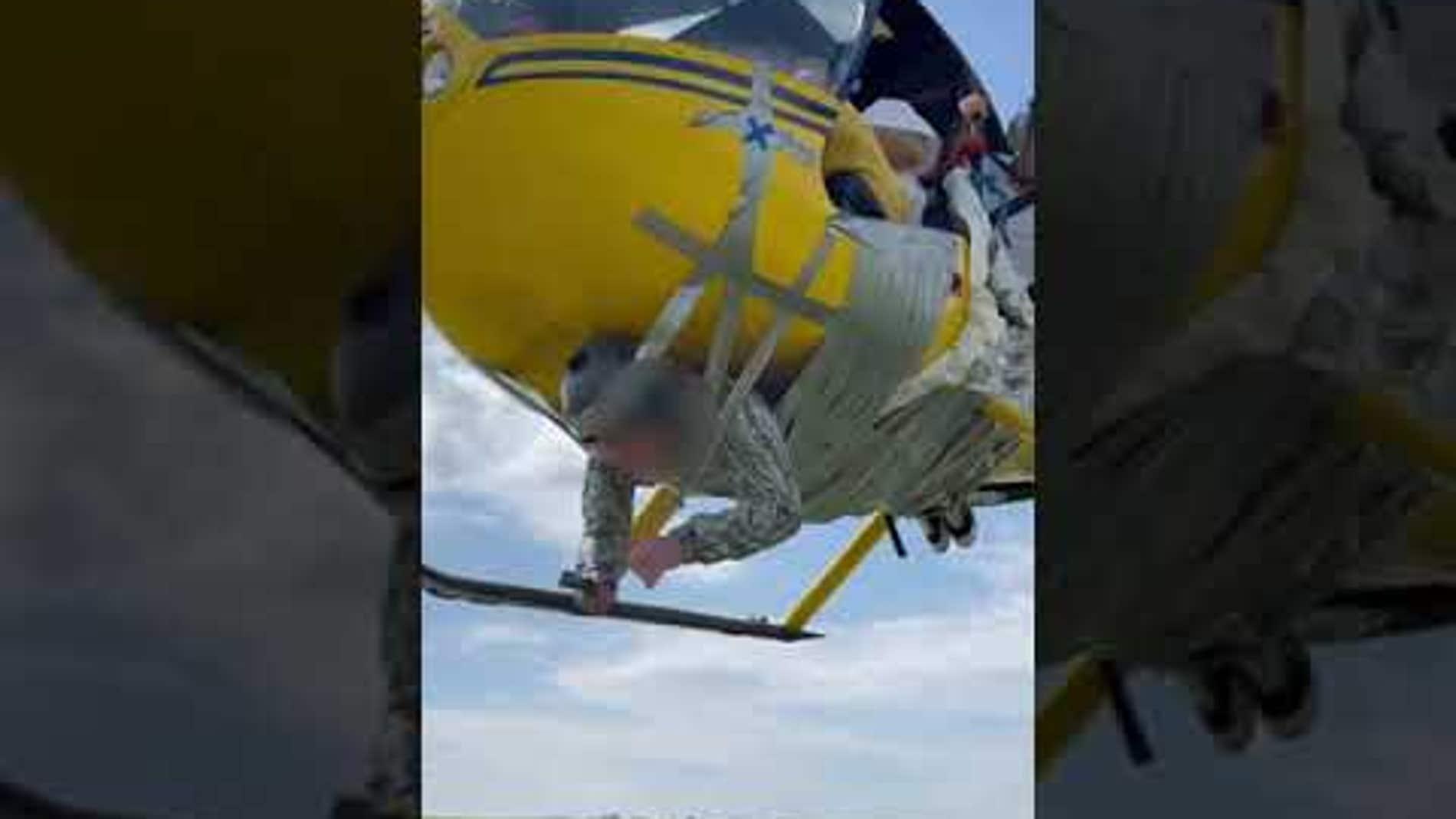 Un 'youtuber' ruso ata a un hombre a un helicóptero con cinta de embalaje para realizar un sobrevuelo