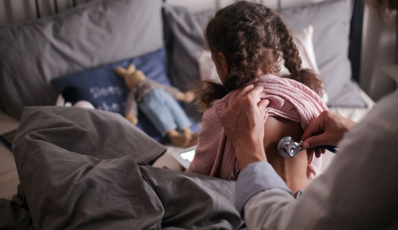 Revisión médica a una niña
