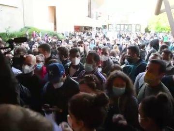 La Policía de Bolonia detiene unos disturbios provocados por jóvenes que esperan para inmunizarse con la vacuna de J&J