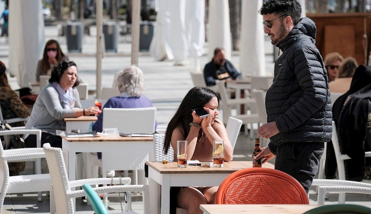 Varias personas en la terraza de un bar en Ibiza