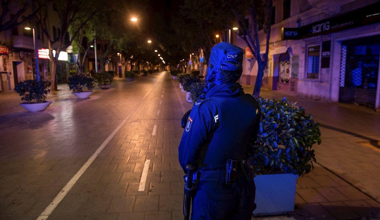 Una patrulla de la Policía Nacional en la céntrica calle Blanquerna de Palma