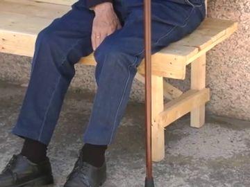 """Un gallego de 81 años construye un banco para sus vecinos: """"No había bancos y lo hice yo"""""""