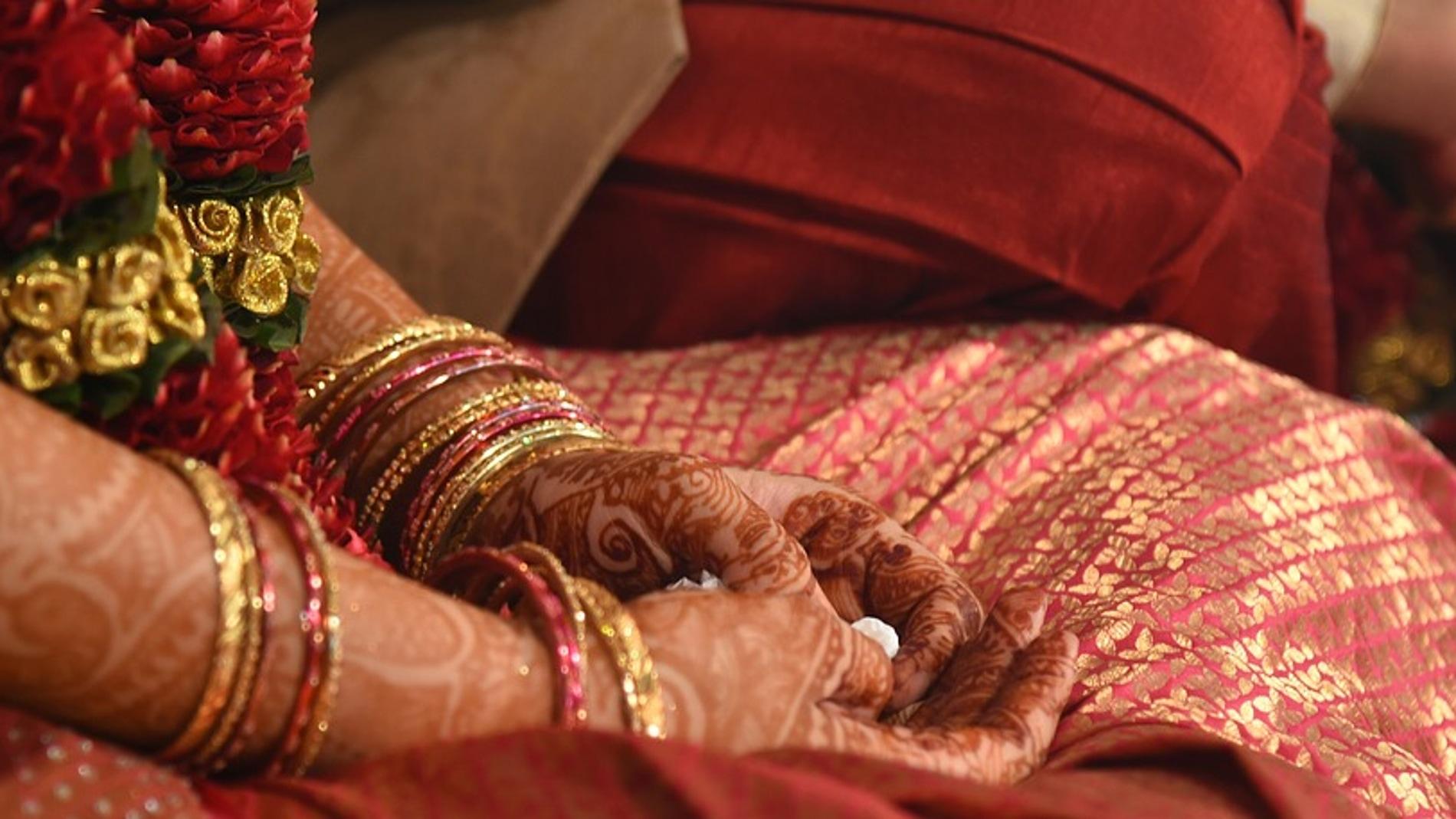 Una mujer muere durante su boda y el novio se casa con su cuñada