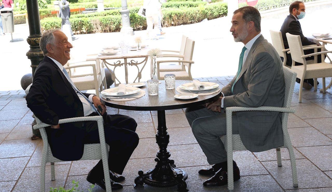 El rey Felipe VI y el presidente portugués, Marcelo Rebelo de Sousa (i), comen en una de las terrazas próximas al Palacio Real