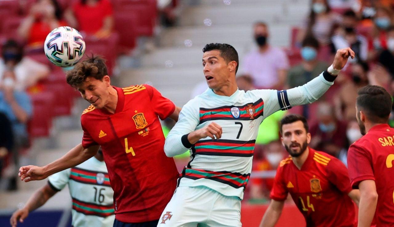 Pau Torres despeja un balón ante la presencia de Cristiano Ronaldo