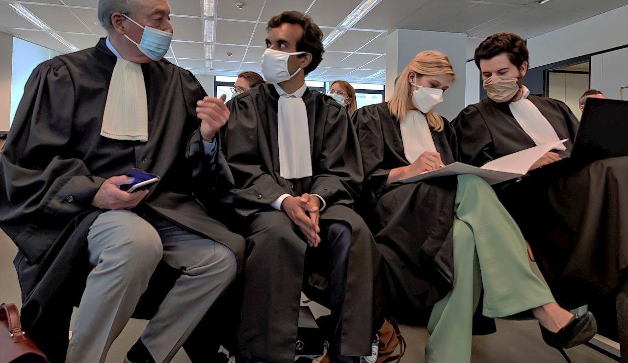 El abogado que lidera la defensa de la Unión Europea (UE), Rafael Jaffareli (2i), fotografiado junto a su equipo este viernes en la audiencia en la que el tribunal de primera instancia de Bruselas (Bélgica) ha dejado visto para sentencia el juicio rápido que opone a la Unión Europea contra AstraZeneca por el retraso en las entregas de su vacuna contra la Covid-19