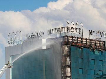 Bomberos extinguen las llamas tras un aparatoso incendio en el Hotel Nuevo Madrid