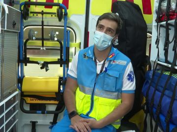 Jorge, el enfermero más aplaudido de Madrid, estudiaba derecho y cambió su profesión al ser atendido en una ambulancia