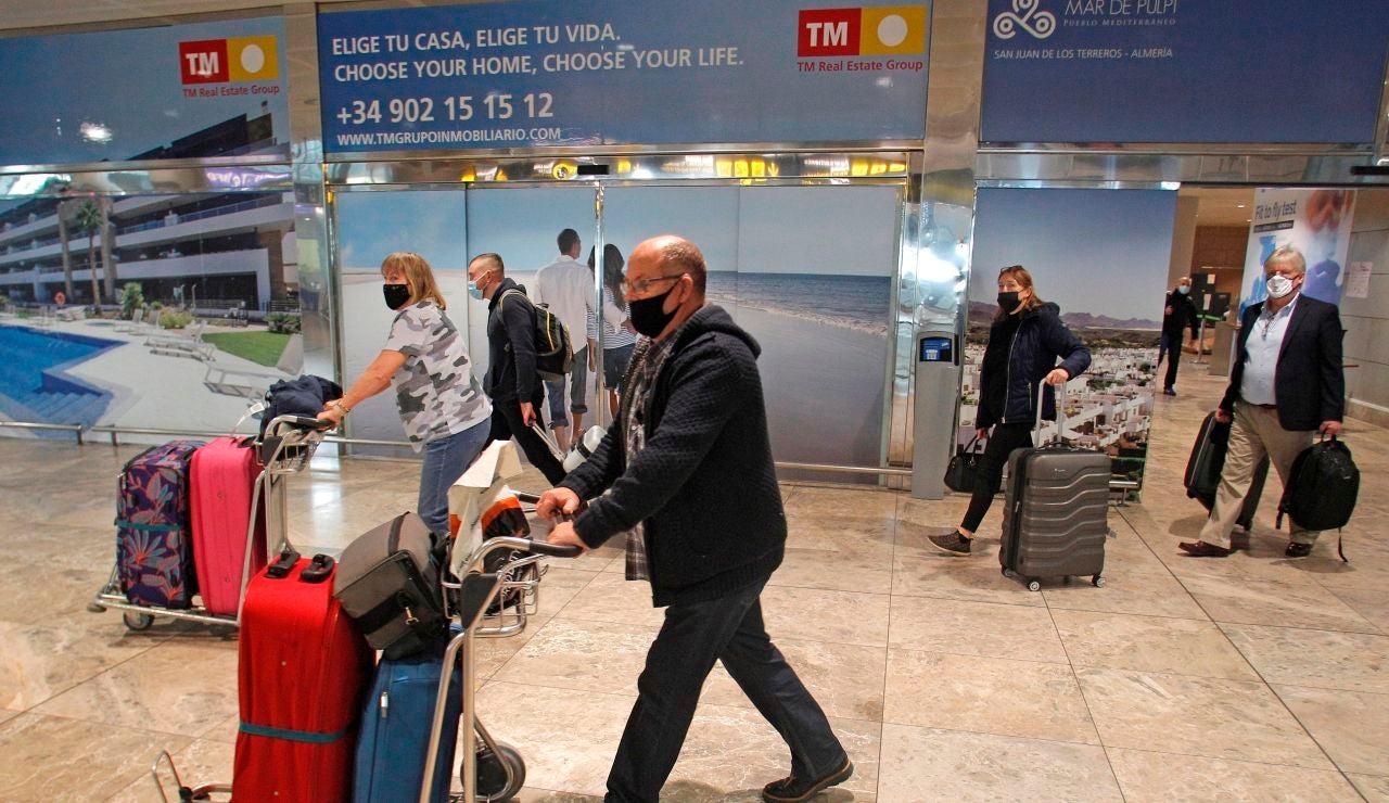 Viajeros en un aeropuerto español