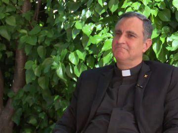 La historia del capellán que dio un tricornio al papa y que ahora lucha contra el tráfico de órganos en niños
