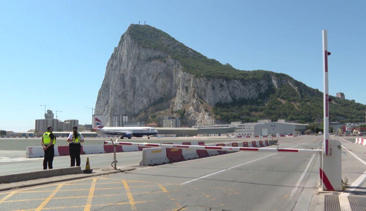 Un avión aterrizando en Gibraltar
