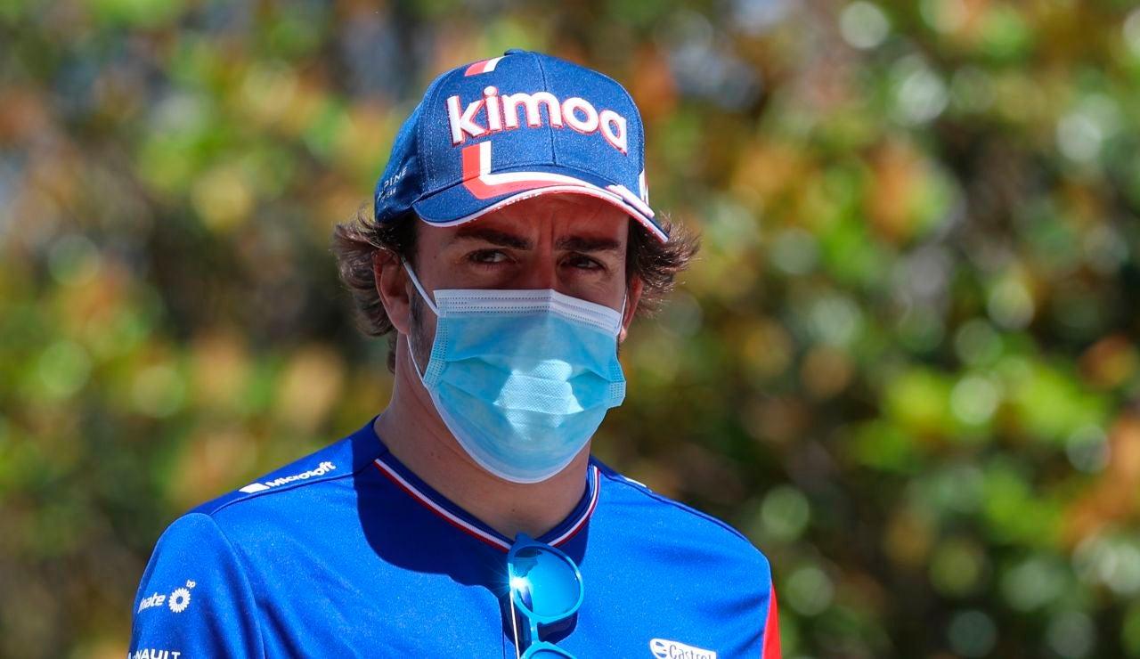 """Fernando Alonso al equipo, antes de su lección magistral en Baku: """"Si me voy contra el muro, mala suerte"""""""