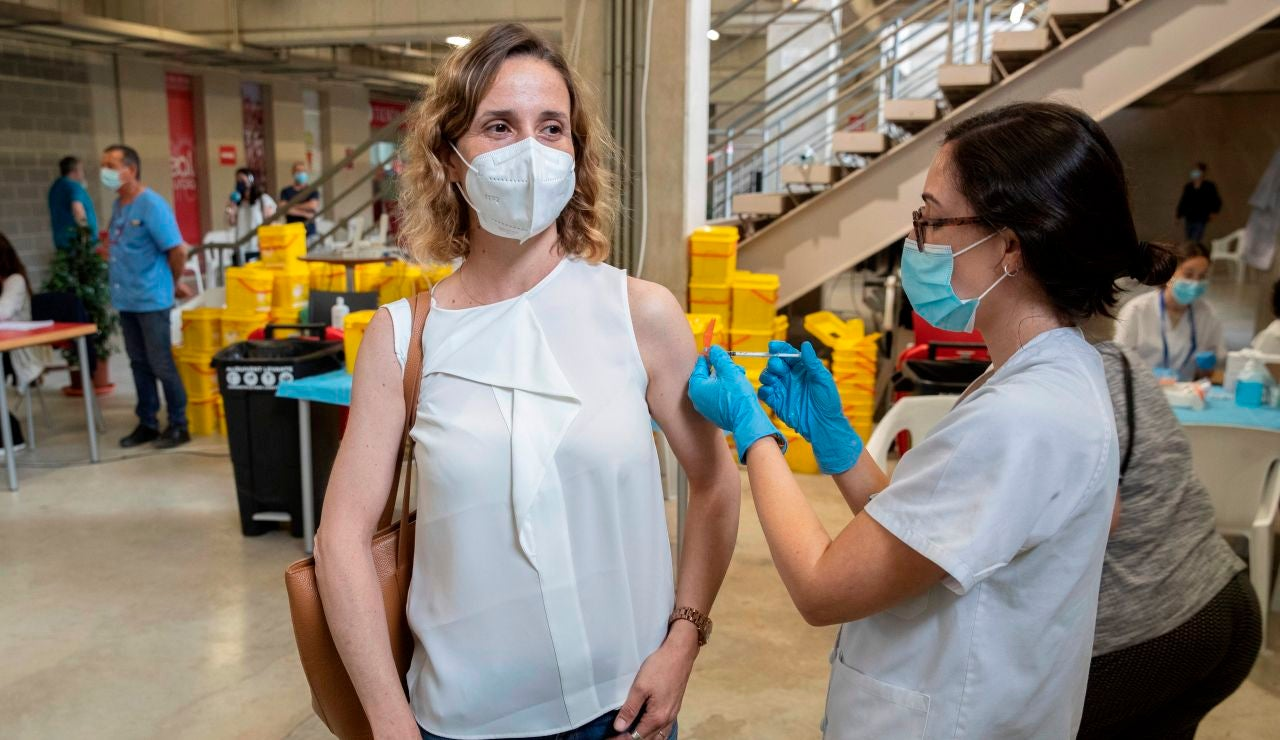 Una enfermera pone la vacuna Pfizer a una mujer este viernes en el Estadio Nueva Condomina de Murcia