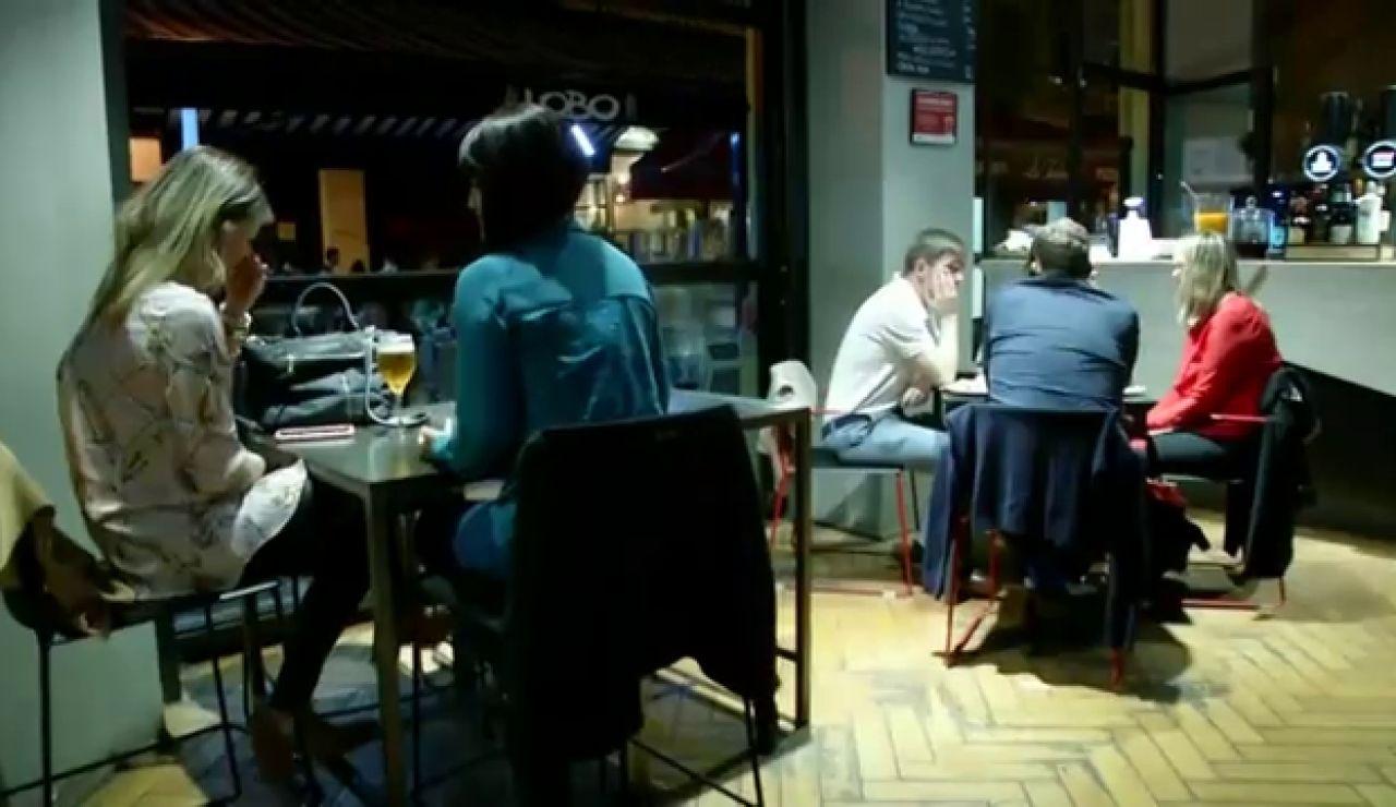 Personas en el interior de los bares de San Sebastián, la imagen que demuestra que el País Vasco no cumple con las nuevas restricciones de Sanidad