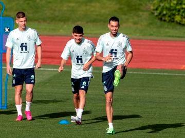 Dani Olmo, Pedri González y Sergio Busquets durante un entrenamiento en Las Rozas