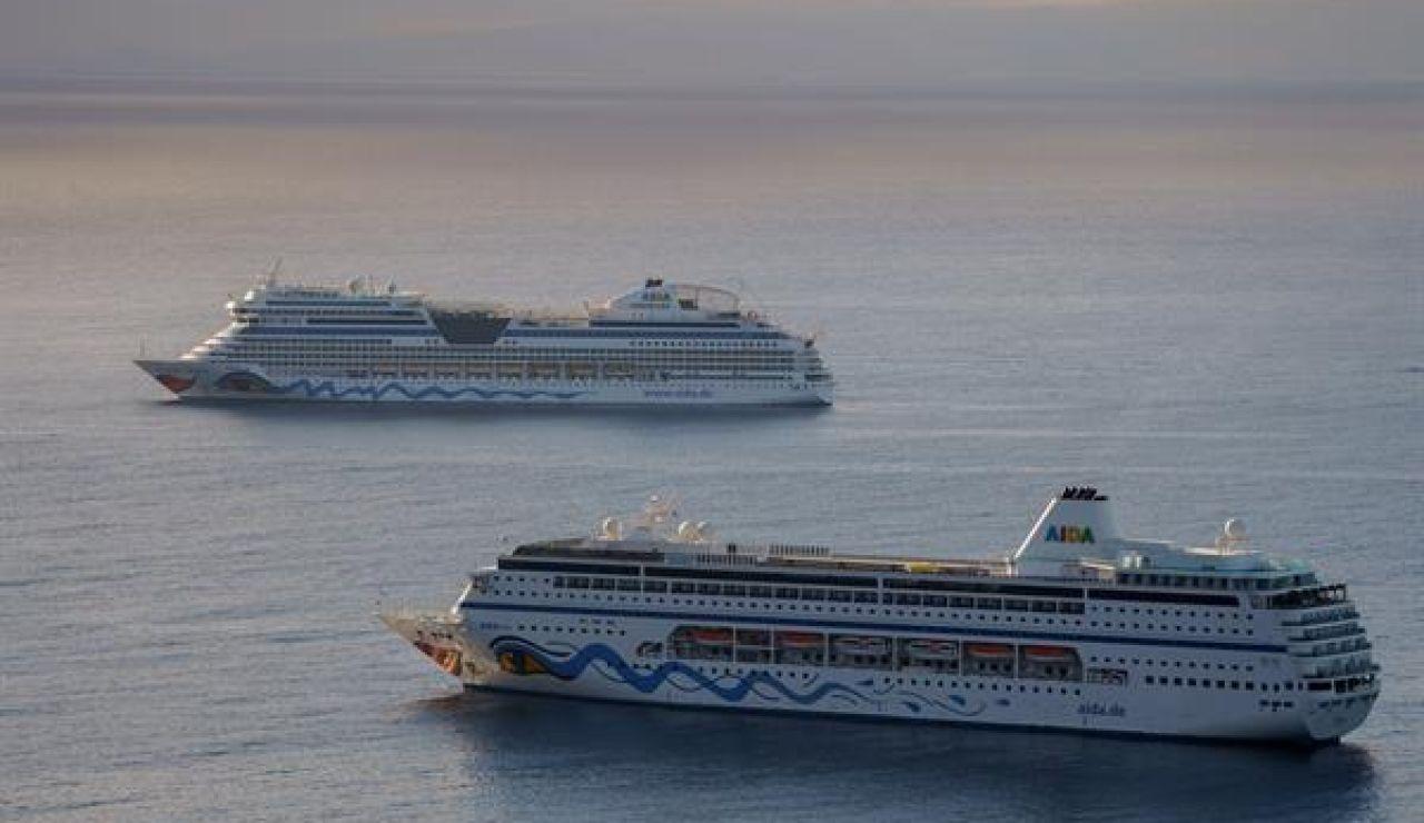 Imagen de dos cruceros turísticos