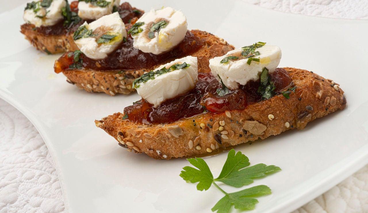 Un aperitivo fácil de elaborar: bocados de queso con mermelada de tomate