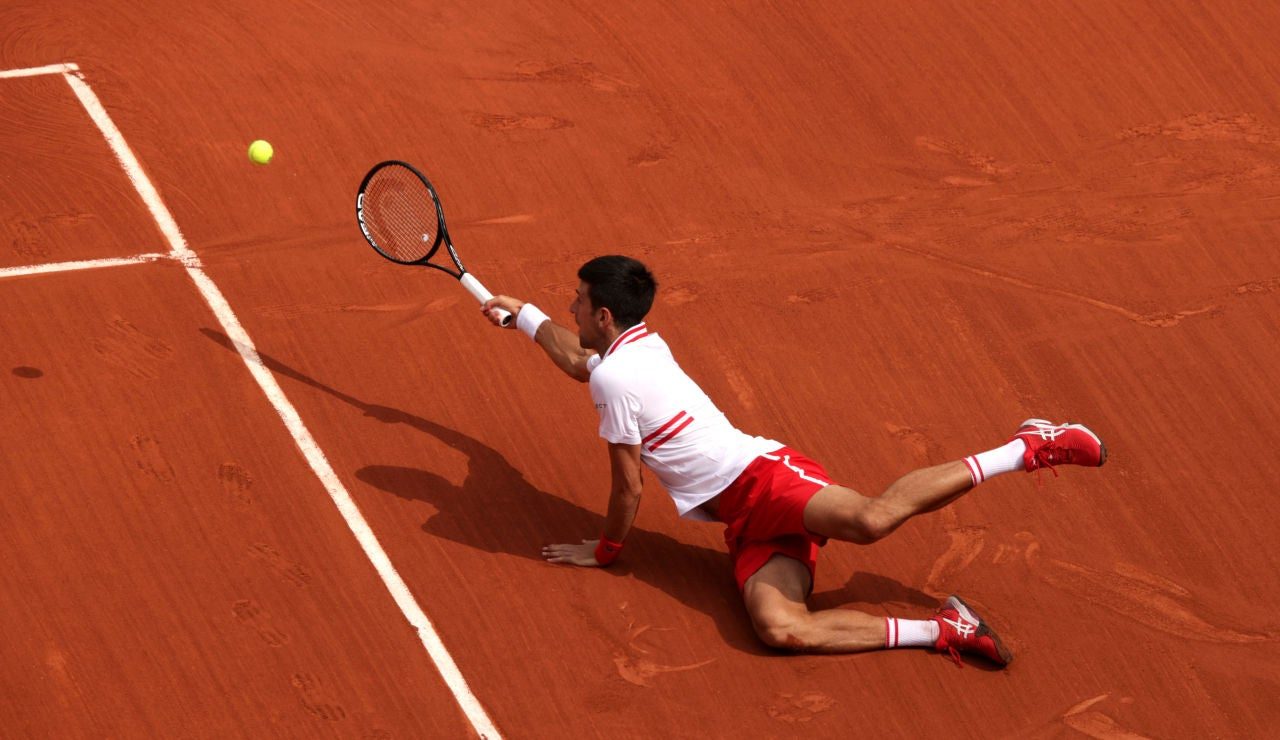 Novak Djokovic gana un punto desde el suelo en Roland Garros
