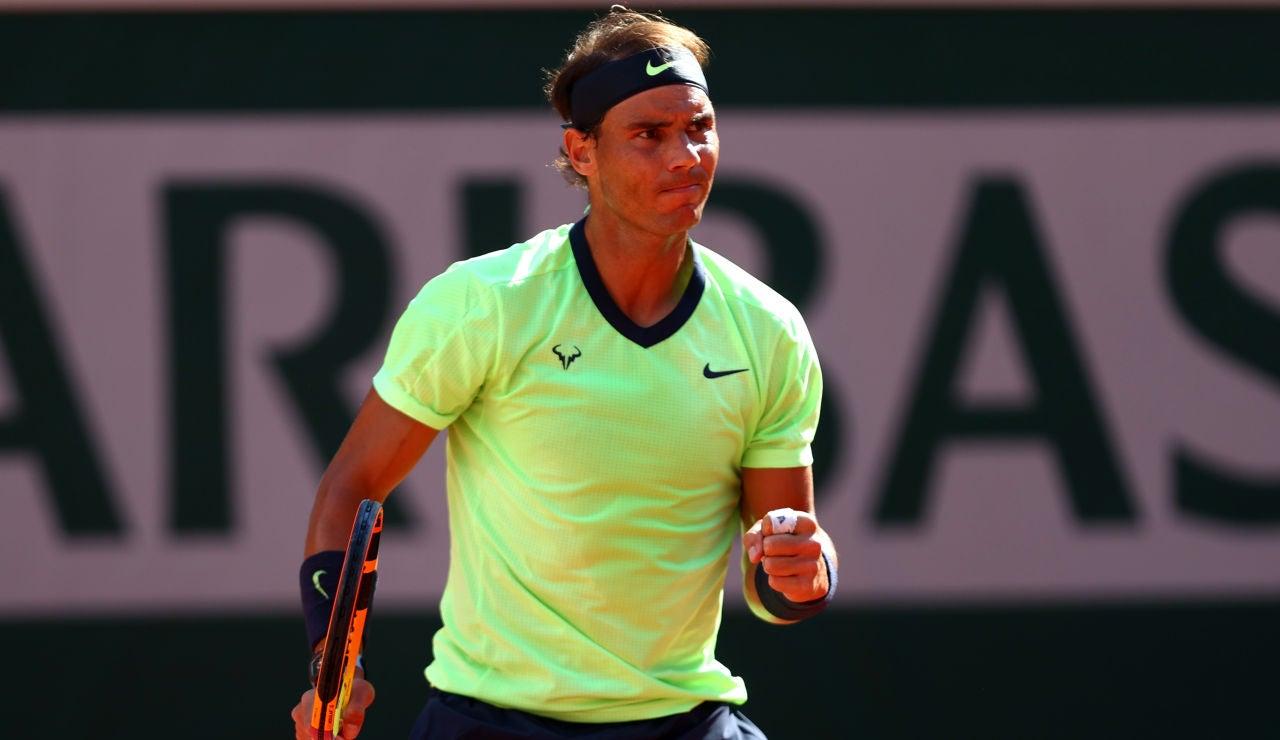 Rafa Nadal celebra un punto ante Sinner en Roland Garros