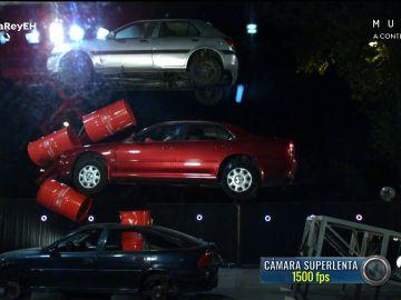 El peligroso y espectacular reto de Walter: ¡atraviesa un muro de bidones con un coche!