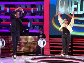 Una concursante enseña danza acrobática a Arturo Valls y Palmira