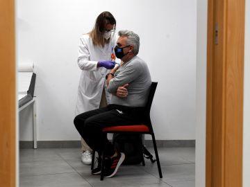 Trabajadores de Agricultores de la Vega en la Comunitat Valenciana reciben la primera dosis de la vacuna en la sede de su empresa.