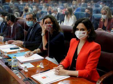 La presidenta en funciones de la Comunidad de Madrid, Isabel Díaz Ayuso (d) y la Consejera de Presidencia en funciones, Eugenia Carballedo (2d) toman asiento en la Asamblea de Madrid este martes cuando arranca la constitución de la XII Legislatura