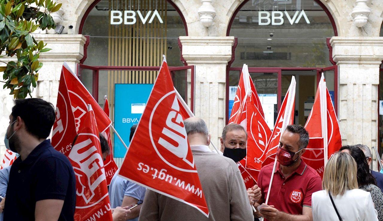 Trabajadores del BBVA participan en la huelga convocada este miércoles para protestar por los despidos que plantea esta entidad bancaria a nivel nacional