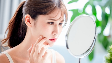 ¿Se pueden evitar los brillos en la cara en verano?