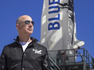 Fotografía de Blue Origin junto a su creador Jeff Bezos.