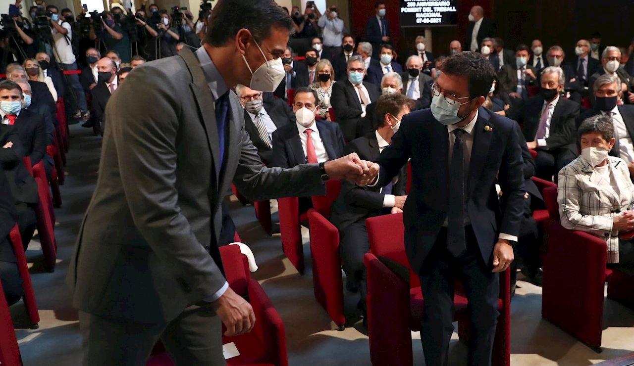 El presidente del Gobierno, Pedro Sánchez, saluda al presidente de la Generalitat, Pere Aragonés