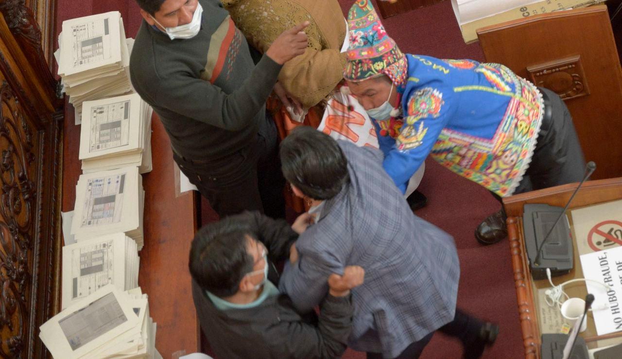 Fotografía de la pelea a puños entre el diputado oficialista Antonio Colque (c) y el senador opositor Henry Montero (d), hoy en La Paz (Bolivia).