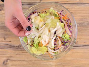 Cómo suavizar el sabor de la cebolla cruda para tus ensaladas